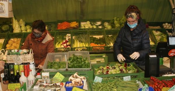 Einkaufen am Markt mit Abstand und Maskenpflicht