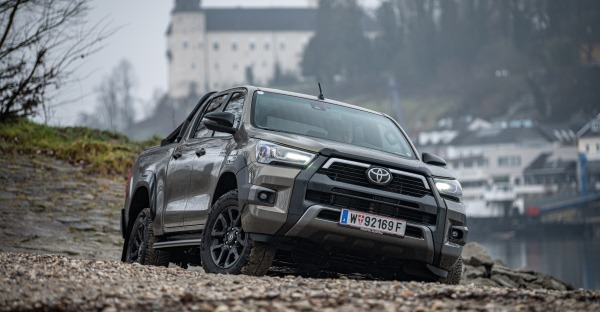 Test: Toyota Hilux - High und luxuriös