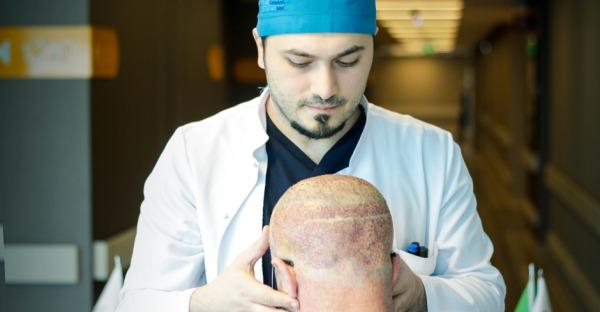 Geheimratsecken auffüllen: Haartransplantation in der Türkei