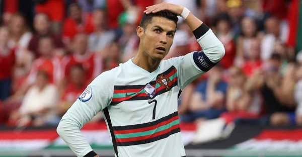 Teures Wasser: Ronaldo schickt Cola-Kurs krachen