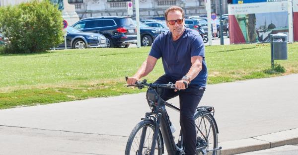 Arnie radelt mit dem E-Bike durch die Wiener City
